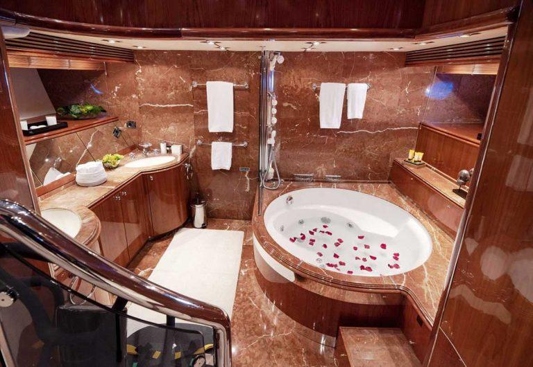 Fabulous Master bathtub.