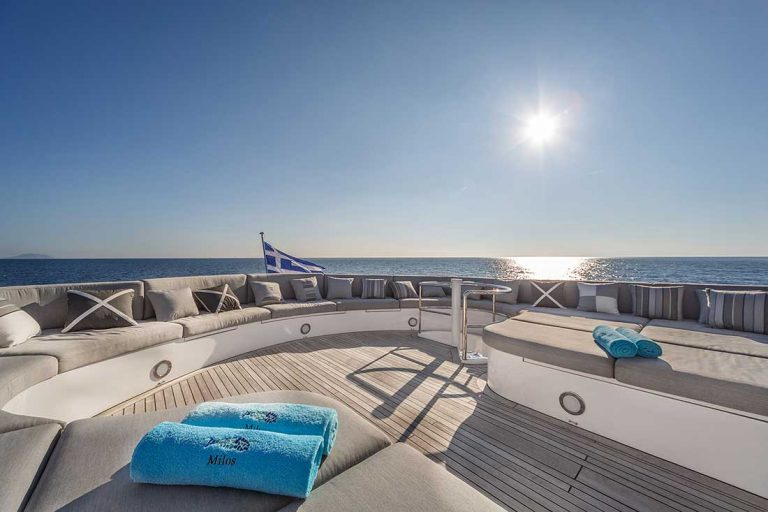Large Sun Deck fully equipped.