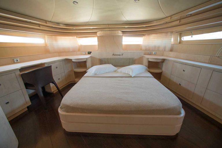 Main deck, easy access, en suite facilities.